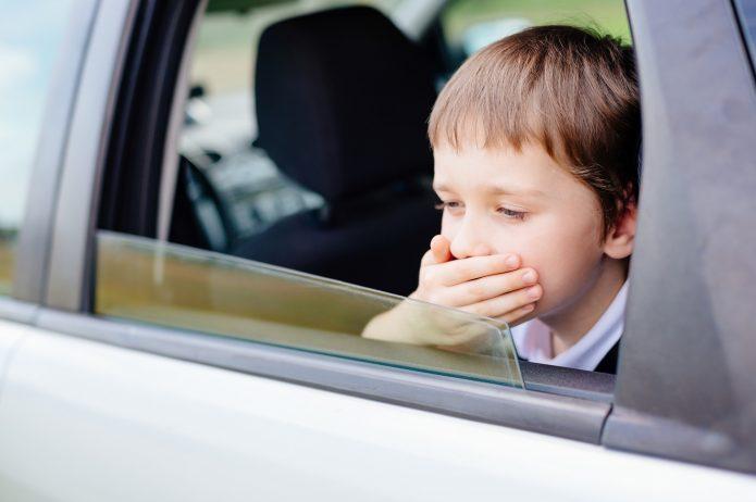 Chłopiec, który ma chorobę lokomocyjną