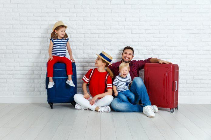 Rodzina udająca się w podróż