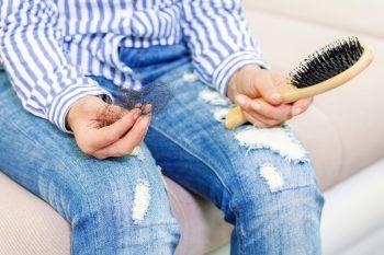 Przyczyny wypadania włosów i sposoby na ich wzmocnienie