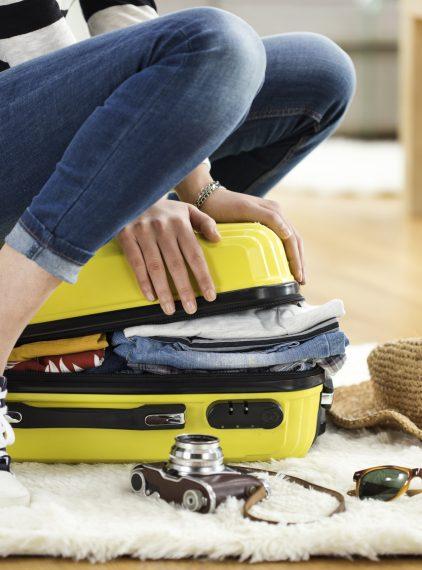 Damska kosmetyczka podróżna – co zabrać na wakacje?