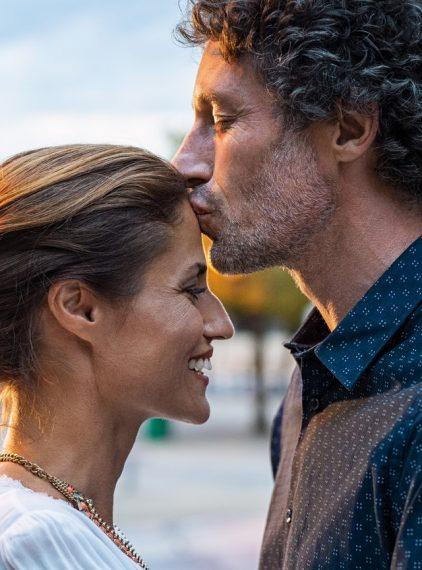 Co buduje intymność w związku? Oto kilka czynników!