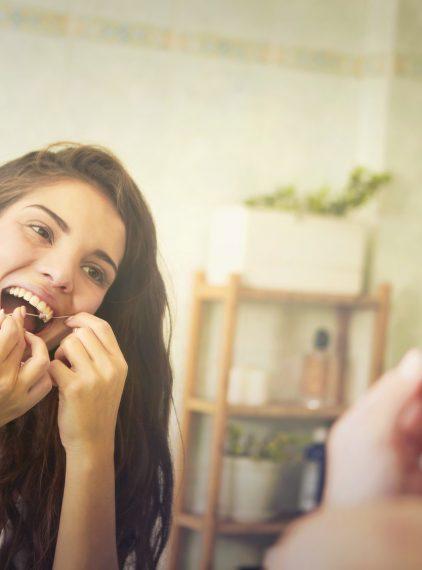 Jak prawidłowo nitkować zęby?