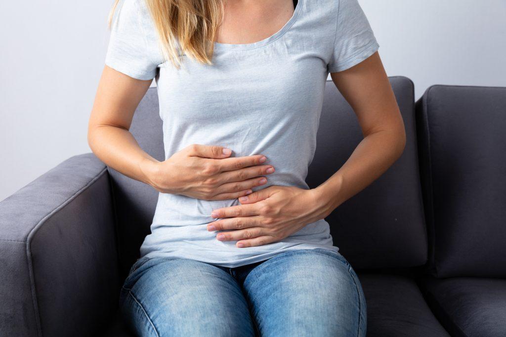 Osoba cierpiąca na ból brzucha