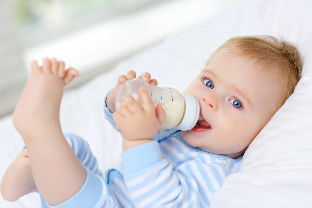 Dziecko, które spożywa pokarm z butelki