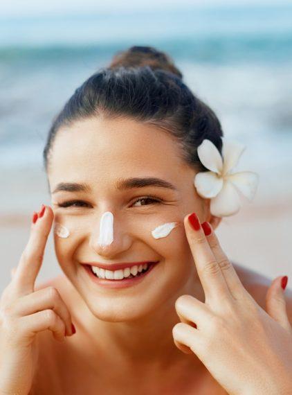 Jak dbać o skórę latem? Poznaj zasady letniej pielęgnacji!