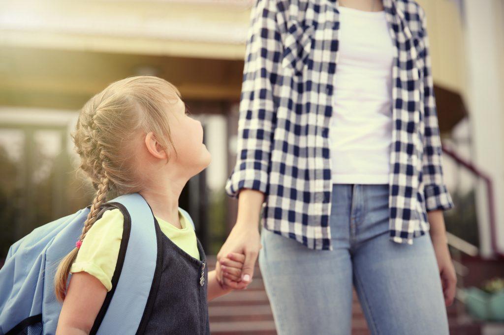 Dziewczynka, która idzie do szkoły