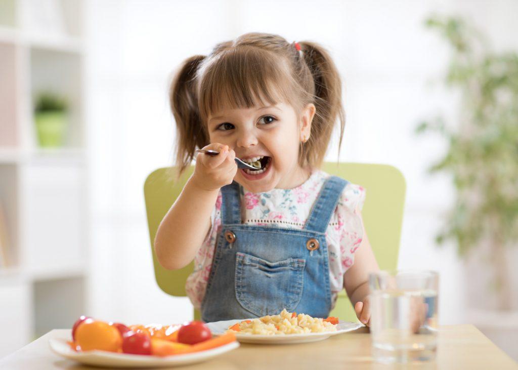 Dziewczynka, która je posiłek