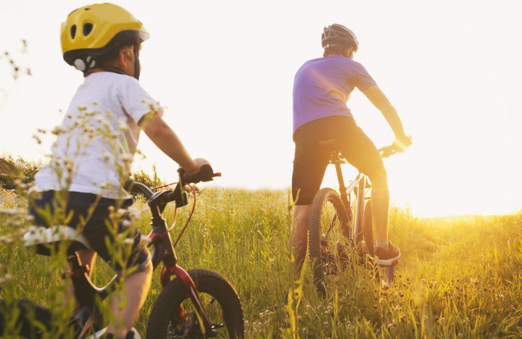 Rodzic z dzieckiem jadą rowerem