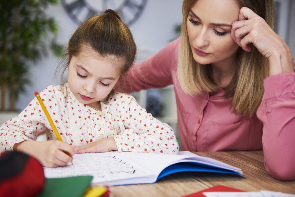 Dziewczynka, która odrabia zadanie domowe