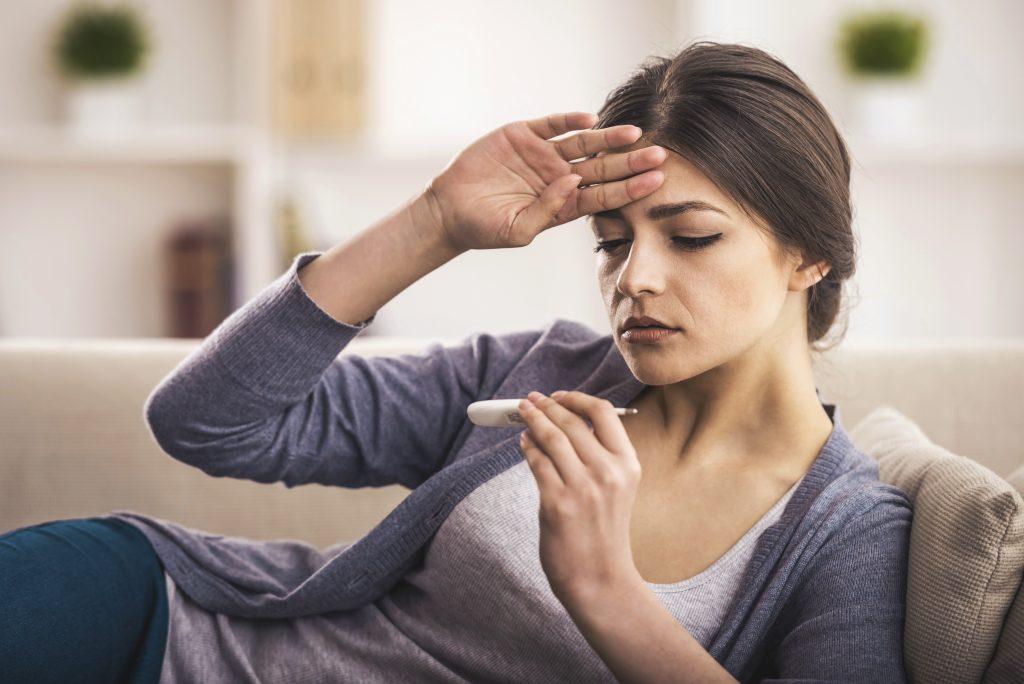 Kobieta, której towarzyszy gorączka
