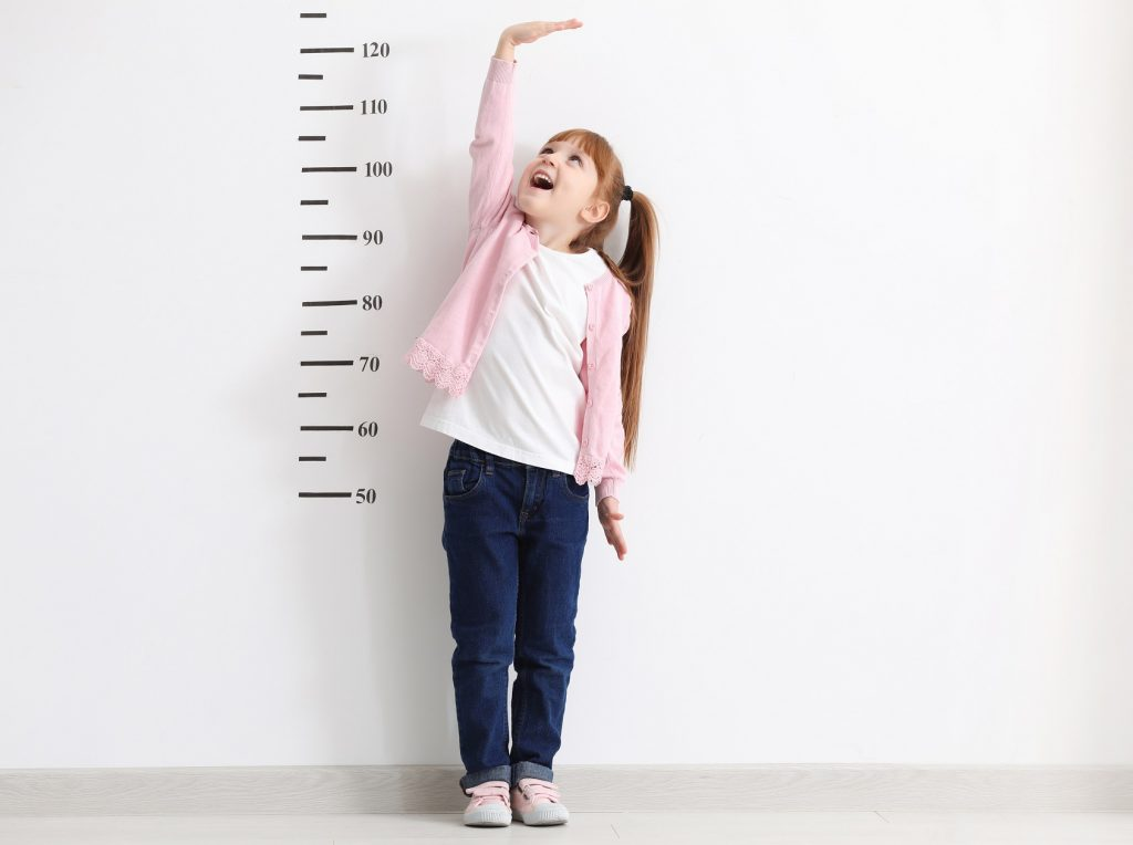 Dziewczynka mierząca wzrost