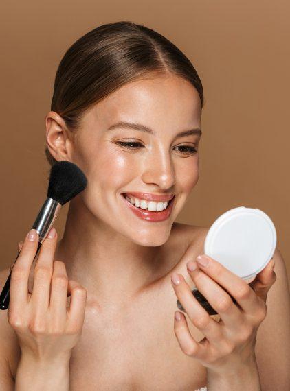 Jak ukryć blizny potrądzikowe za pomocą makijażu?