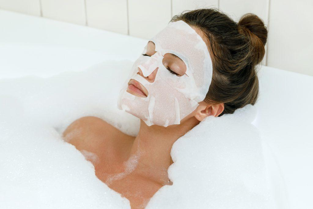 Kobieta w trakcie kąpieli
