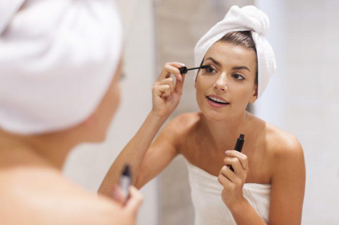 Kobieta w trakcie makijażu