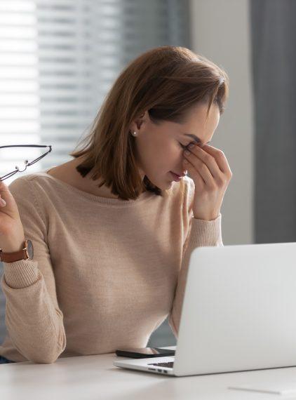 Zespół oka biurowego – jak dbać o wzrok, pracując przed komputerem?